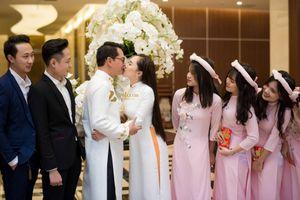 Vợ NSND Trung Hiếu âu yếm hôn chồng trong lễ ăn hỏi