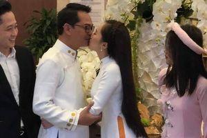Vợ kém 19 tuổi không ngần ngại hôn NSND Trung Hiếu trong ngày cưới