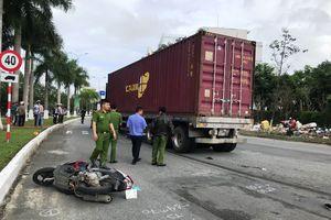Mẹ cùng con trai thoát chết thần kỳ khi bị xe container cuốn vào gầm, kéo lê