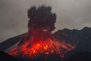 Núi lửa phun trào mạnh ở hòn đảo Kuchinoerabu Nhật Bản