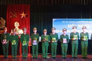 Tư lệnh CSCĐ 'Mừng tuổi sách' các chiến sỹ nghĩa vụ