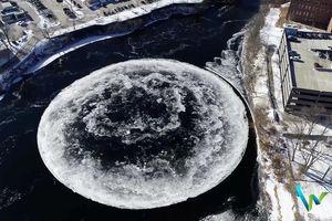 Đĩa băng tròn kỳ lạ xuất hiện trên con sông ở Maine (Mỹ)