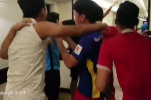 Clip: Các cầu thủ Việt Nam ôm nhau nhảy ăn mừng khi giành vé vào vòng 1/8