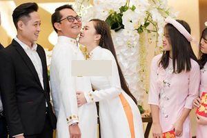 Vợ trẻ của NSND Trung Hiếu chủ động hôn chồng trong đám cưới