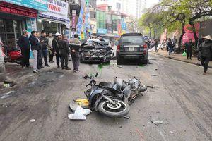 Hà Nội: Ô tô 'điên' gây tai nạn liên hoàn, cụ bà bán hàng rong bị đâm tử vong