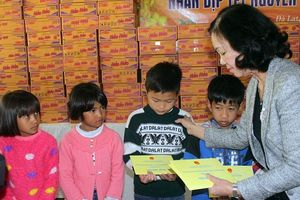 Đồng chí Trương Thị Mai thăm và tặng quà Tết tại Lâm Đồng