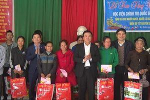 Đồng chí Nguyễn Xuân Thắng thăm, tặng quà và chúc Tết huyện vùng biên Nghệ An