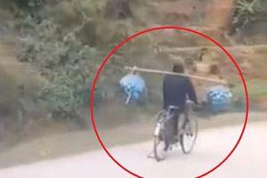 Thót tim với người đàn ông đi xe đạp ôm cua 'thần sầu' với gánh hàng hóa bên vai