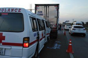 Xe cấp cứu đang chuyển bệnh gặp nạn trên đường cao tốc TP.HCM - Trung Lương