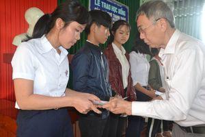 Nhà thơ Thanh Thảo trao học bổng cho học sinh nghèo