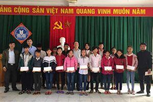 VietNamNet trao quà Tết cho học sinh nghèo tỉnh Hà Tĩnh