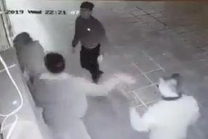 Truy tìm nhóm thanh niên trêu ghẹo, tấn công cô gái ở Linh Đàm