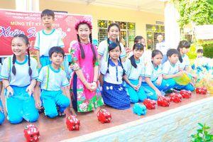 Cần Thơ: Học sinh tiểu học 'Mổ heo đất' giúp bạn vui xuân đón Tết