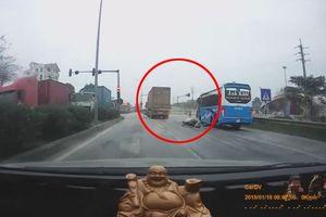 Container gây tai nạn rồi bỏ chạy, bị dân truy đuổi như phim hành động