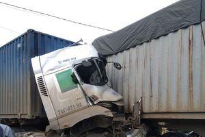 2 container đối đầu kinh hoàng, 1 tài xế tử vong trong cabin