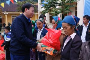 Nghệ An: Mang Tết về với bà con nghèo vùng biên