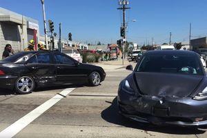 Tesla Model 3 va chạm với Mercedes C-Class