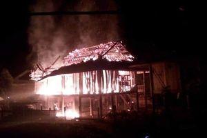Mâu thuẫn với vợ sau khi nhậu say, người đàn ông phóng hỏa thiêu rụi căn nhà sàn