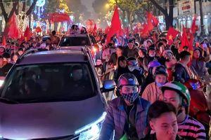 Người Sài Gòn cầm cúp xuống đường mừng chiến thắng của tuyển Việt Nam