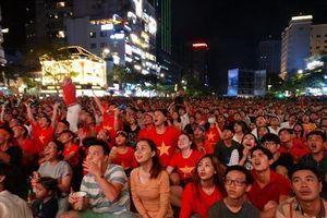 Phố đi bộ bị cách ly: Người dân TPHCM xem Việt Nam - Jordan ở đâu?