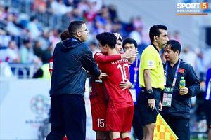 Khoảnh khắc Công Phượng chạy ôm Đức Huy sau bàn thắng gỡ hòa Jordan