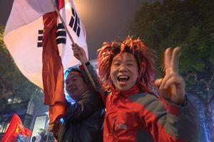Biển người đỏ rực mọi ngả đường mừng Việt Nam quả cảm đả bại Jordan