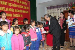 Phó Thủ tướng Trương Hòa Bình thăm, tặng quà đồng bào ở A Lưới, Đakrông