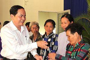 Chủ tịch Ủy ban Trung ương MTTQ Việt Nam tặng quà tết cho người nghèo
