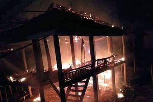 Nghệ An: Uống rượu về, chồng phóng hỏa đốt rụi nhà sàn