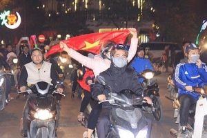 Người dân đổ ra đường 'bão đêm' ăn mừng tuyển Việt Nam vào tứ kết Asian Cup