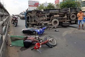 Xe tải lật nhào đè trúng 2 xe máy