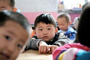 Sốc với cảnh bảo mẫu Trung Quốc dốc ngược và ném đầu bé trai xuống sàn nhà