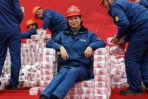 Choáng với núi tiền thưởng cuối năm chất cao hơn người ở Trung Quốc