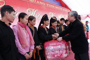 Thường trực Ban Bí thư Trần Quốc Vượng tặng quà Tết cho người nghèo vùng Phong Dụ
