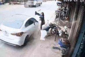 CLIP: Thêm một vụ ô tô lao như bay, người phụ nữ thoát chết nhờ xoay người trong tích tắc