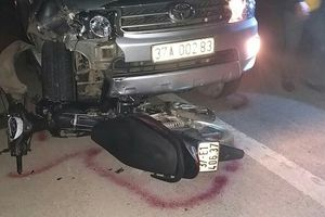 Xe máy đối đầu xe con, một người thiệt mạng