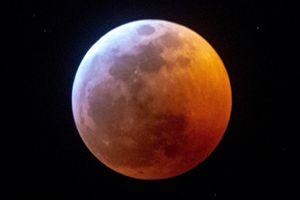 30 giây Mặt Trăng chuyển sang màu đỏ trong nguyệt thực toàn phần