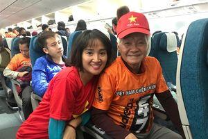 Tình yêu đội tuyển nơi xứ người: Cụ ông 72 tuổi vượt 5.000 cây số sang cổ vũ Việt Nam