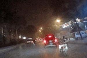 SỐC: Lái xe máy vượt ẩu, tạt đầu gây tai nạn ngay gầm ôtô