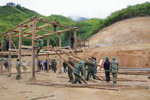 Bộ đội giúp dân dựng nhà đón Tết