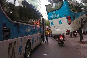 Xe khách ngang nhiên đón trả khách tại trung tâm TP.HCM