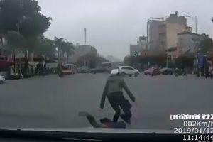 Mẹ chở con đi xe máy tạt đầu ngã trước ô tô
