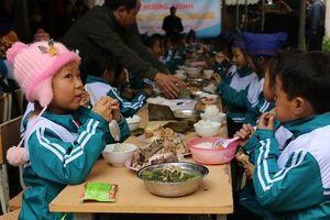 Ấm áp bữa cơm tất niên sớm của học sinh biên giới xứ Nghệ