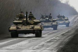 Ukraine triển khai ồ ạt xe tăng, tên lửa gần Donbass