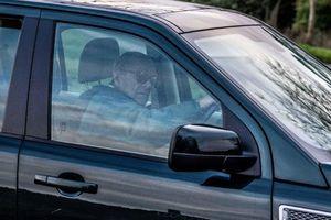 Chỉ 48 giờ sau tai nạn, Hoàng tế Philip bị bắt gặp lái xe không thắt dây an toàn