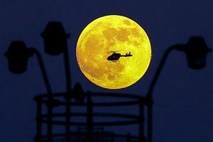 Cận cảnh siêu trăng máu hiếm gặp trên bầu trời thế giới