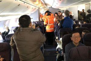 Canada lạnh -30 độ C, máy bay 'chôn chân' ở đường băng vì cửa đông cứng