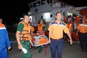 Cứu nạn 04 thuyền viên tàu cá BV 99986 TS bị ngạt khí hầm cá