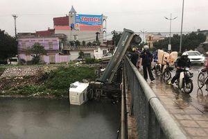 Tài xế nghi buồn ngủ lái xe đầu kéo cắm đầu xuống sông ở Hưng Yên