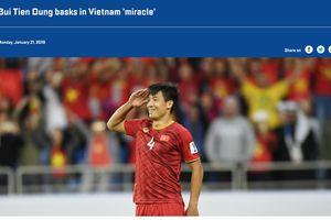 Hình ảnh Bùi Tiến Dũng kiêu hãnh giơ tay chào kiểu nhà binh lên trang chủ AFC